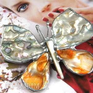 broszko - wisior motyl z tęczową muszlą, broszka wisiorkiem, perłą