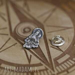 wyjący wilk, mini broszka ze srebra (biżuteria z wilkiem, wilk z księżycem)