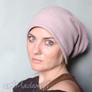 ręcznie zrobione czapki brylantyna na włosach drżała a szczęka kłapała