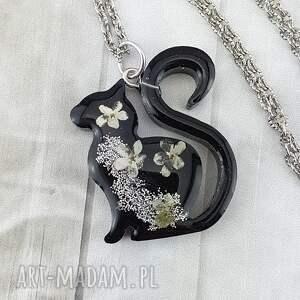 hand-made wisiorki 1165 - wisiorek z żywicy kot kwiaty
