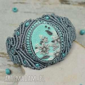 elegancka biżuteria w odcieniach mięty i szarości, bransoleta