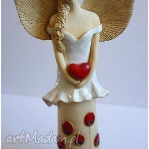 Anioł z sercem w kwiecistej sukni ceramika wylegarnia pomyslow