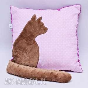 poduszka z kotem i ogonem 3d brązowy kot na różu z fioletem - poduszka, kot