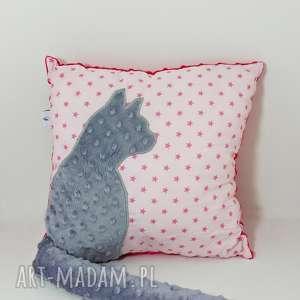 Poduszka z kotem i ogonem 3D szary kot w różowych gwiazdkach, poduszka-z-kotem