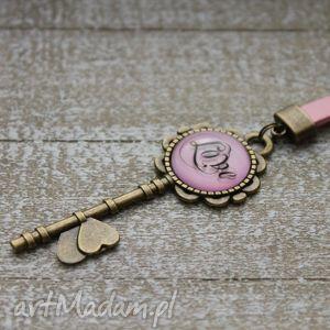 Różowy brelok love, długi, brelok, breloczek, klucz, napis, love