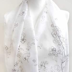 Prezent Minimalistyczny biały szal malowany na naturalnym jedwabiu w kwiaty wiśni