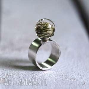 Pierścionek z naturalnym ostem żywicy i srebra, minimalistyczny, elegancki, żywica