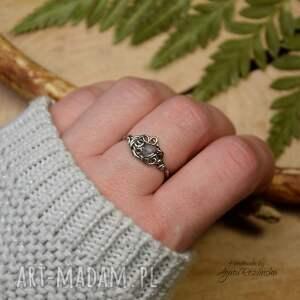 pierścionek regulowany kamień księżycowy stal chirurgiczna