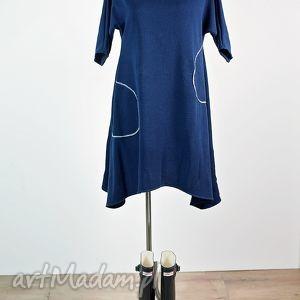 sukienki z asymetrycznym motywem