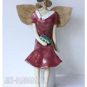 ceramika anioł siedzący w beretce z książką, ceramika, anioł, książka