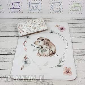 handmade dla dziecka zestaw 75x100 kocyk i płaska poduszka jeże w kwiatach