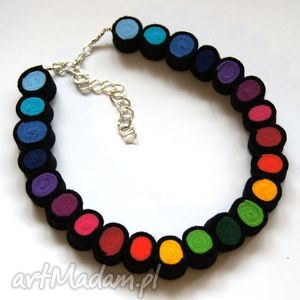 naszyjniki tęcza w czerni - korale, filc, lekki, kolorowy, modny, koła, elegancki