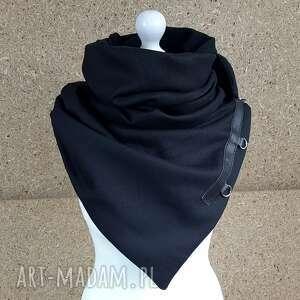 Czarny szal, chusta, szalik ze skórzanymi zapinkami