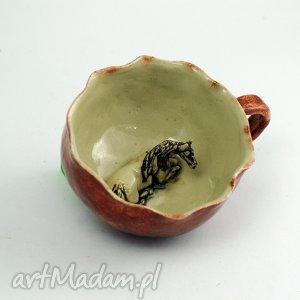 ceramika ceramiczna duża filiżanka kubek z figurką konia, koń, filiżanka, kubek