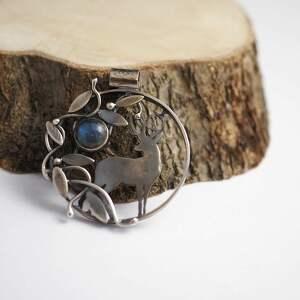 jachyra-jewellery medalion jeleń w ukryciu - zielone, labradoryt, wiosna