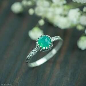 pierścionek z zielonym chalcedonem w srebrnej koronce, srebrny
