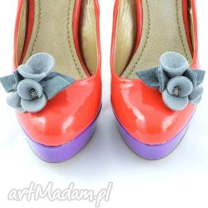 klipsy do butów- filcowe bratki- odcienie szarości, filc, buty, kwiatki, bratki