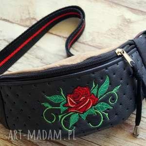 Prezent Saszetka / nerka, saszeta, róże, prezent, podręczna, haft