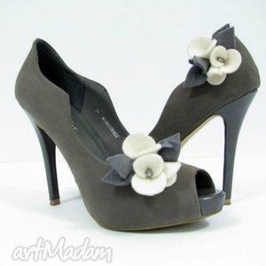 klipsy do butów- filcowe bratki - ecru z szarością, filc, kwiatki, przypinki