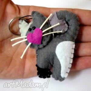 kotek - brelok z filcu, filc, kot, wąsy, serce, brelok, prezent