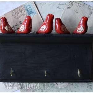 wieszaczek z czerwonymi ptaszkami na tablicy kredowej, wieszak, ptak, ceramika