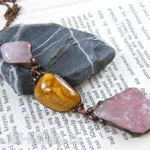 wisiorek z łańcuszkiem różowo-brązowy, długi naszyjnik, kamieni