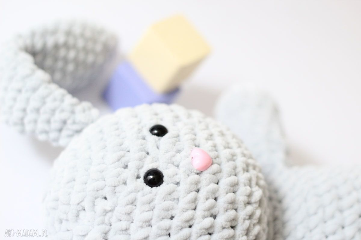 białe maskotki królik julian