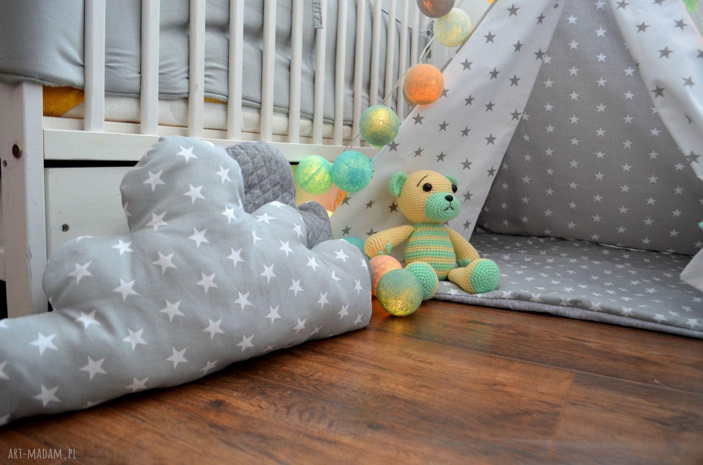 białe pokoik dziecka tipi małe jasne gwiazdki