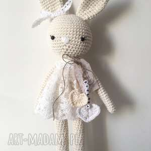 ręcznie wykonane maskotki szydełkowa królisia nela w koronkowej sukience