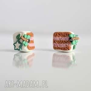 Torciki malinowe z miętowymi dekoracjami - małe kolczyki wkręty, tort, torcik
