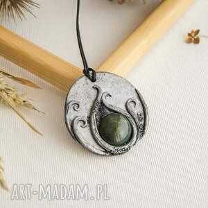 wisior inspirowany naturą z zieloną ceramiką, polymerclay, medalion, wisior, malowany