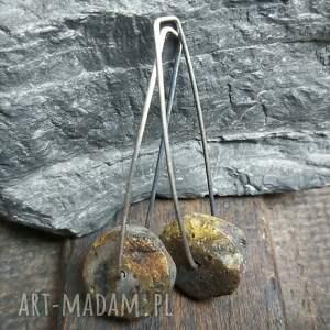 minimalistyczne kolczyki srebrne z surowym bursztynem, wiszące