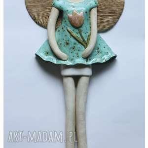 ręczne wykonanie ceramika anioł wiszący w nakrapianej sukni z tulipanem