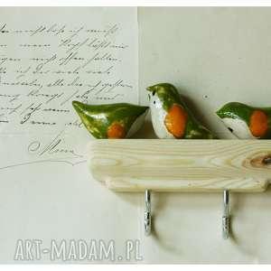 hand-made wieszaki wieszak z rudzikami na naturalnym drewnie