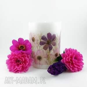 świeca różowa z prawdziwymi suszonymi kwiatami, suszone kwiaty