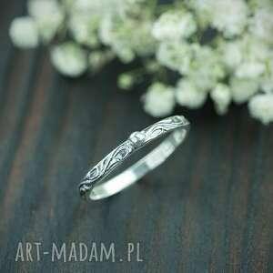 srebrny pierścionek z kuleczką i zdobioną obrączką, zdobiona