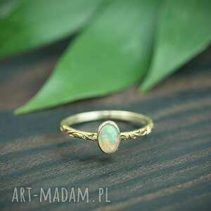 złoty pierścionek z opalem i zdobioną obrączką, złota zdobiona obrączka