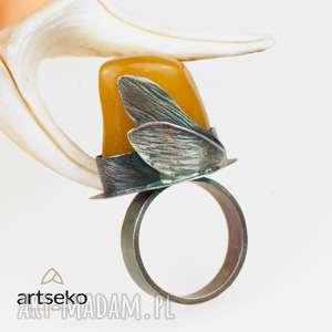 Bursztyn otulony skrzydłami pierścionek srebrny a572, pierścionek-bursztyn