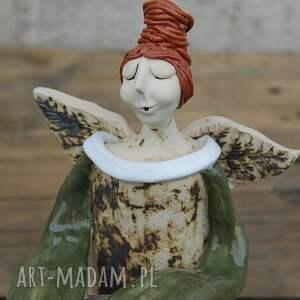 ceramika ceramiczny anioł siedzący, ręcznie lepiony, rustykalny