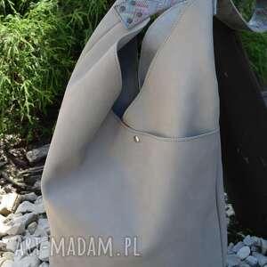 na ramię jasnoszara torba hobo - skórzana, szara torebka, jasna miejska torebka