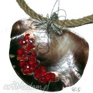 ręcznie zrobione wisiorki opleciona muszla