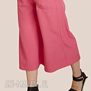 różowe spodnie szwedy, szerokie, nogawki, luźne, wygodne