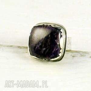 czaroit i kolor purpury, srebrny pierścionek, czaroit, ozdobna oprawa, prezent