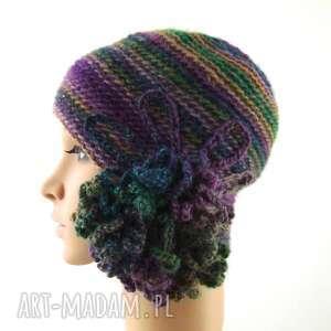 ręczne wykonanie czapki czapka we fioletach i zieleniach z ozdobą