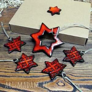 dom czerwono - czarni, zawieszki, gwiazdki, gwiazdy, śnieżynki, prezent
