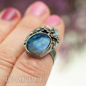 pierścionek ze srebra z sylimanitem zdobiony a724, kamieniem