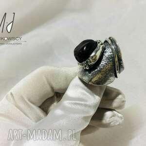 unikatowy srebrny pierścionek z kamieniem granat rękodzieło