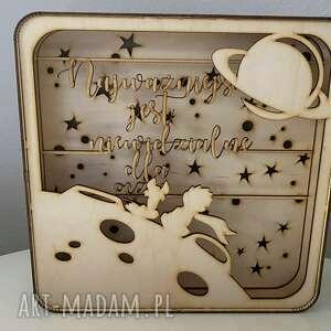 pokoik dziecka drewniany box z księciem jak lampka shadowbox