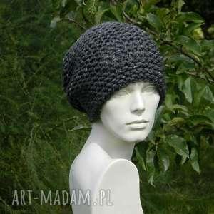 aga made by hand tweed stalowy - na prawo zimowa czapa, dziergana