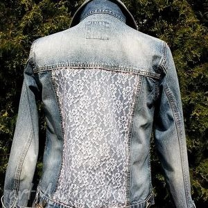 ręcznie zrobione jeansowa kurtka z białą koronką